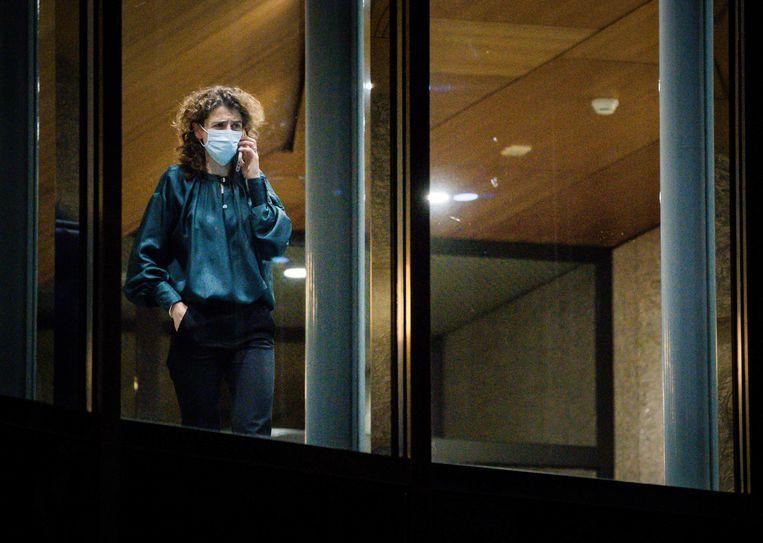 Sophie Hermans (VVD) bellend tijdens een schorsing van het debat in de Tweede Kamer  over de mislukte formatieverkenning.  Beeld ANP