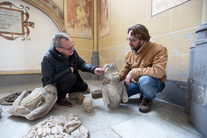 DS-2020-1357 - Zutphen - Er verschijnt een boek over archeologische vondsten in de Walburgiskerk. Stadsarcheologen Michel Groothedde(links) en Bert Fermin in de Wakburgiskerk tussen een deel van de vondsten.
