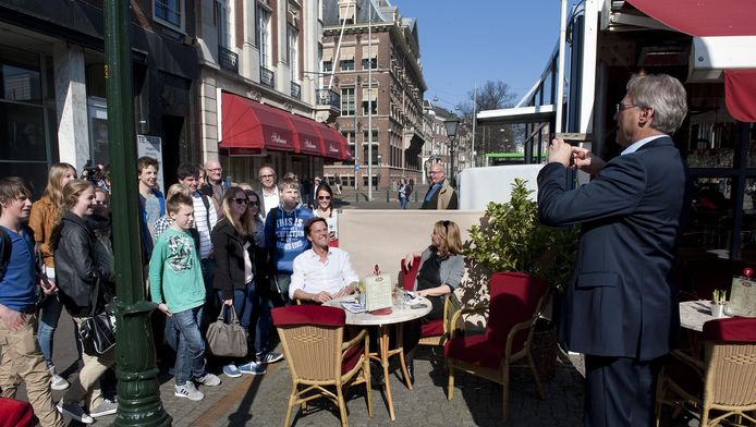 Gisteren genoot de premier in het zonnetje van een kopje thee op een Haags terras.