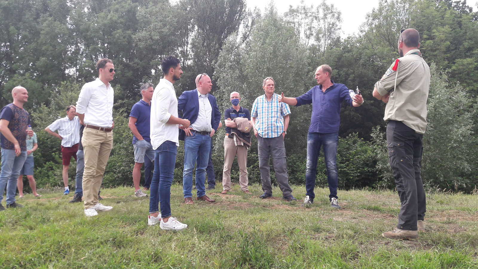 Vorig jaar namen gemeenteraadsleden een kijkje op het terrein aan de Drielsedijk in Arnhem waar eventueel de Kunstwerkplaats zou komen.