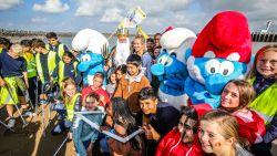 IN BEELD: 1.200 leerlingen, topzeilster én de Smurfen geven aftrap voor grote strandschoonmaak