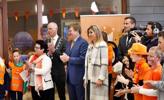 Koning Willem-Alexander en koningin Máxima bij basisschool De Vijfmaster tijdens de jaarlijkse Koningsspelen.