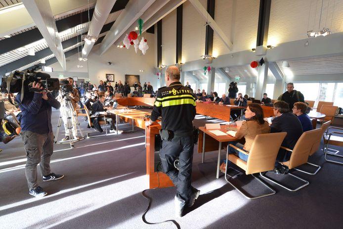 De raadszaal in Geldermalsen, hier bij een persconferentie na de AZC-rellen in 2015, wordt gesloopt.