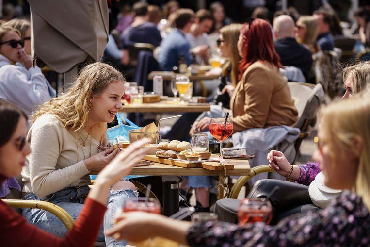 Cocktails en een hapje op de Havermarkt in Breda. Beeld Eric de Mildt