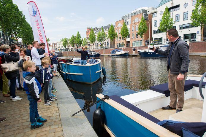 Doop elektrische rondvaartboten. Wethouder Paul de Beer en eigenaar van Bootje varen Marijn van Dijke proosten op een behouden vaart.