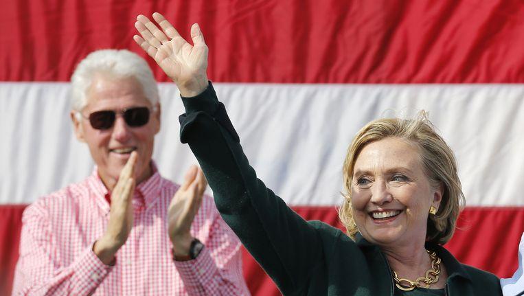 Sinds hun vertrek uit het Witte Huis hebben Bill en Hillary Clinton fortuinen vergaard met lezingen. Dat wringt bij veel Amerikanen. Beeld REUTERS