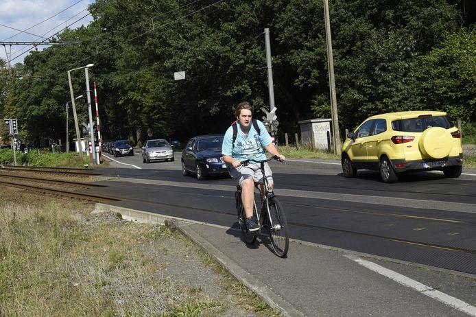 Fietsers moeten nu schuin de spoorweg oversteken. Dat zorgde in het verleden al meermaals tot volpartijen en ongevallen.
