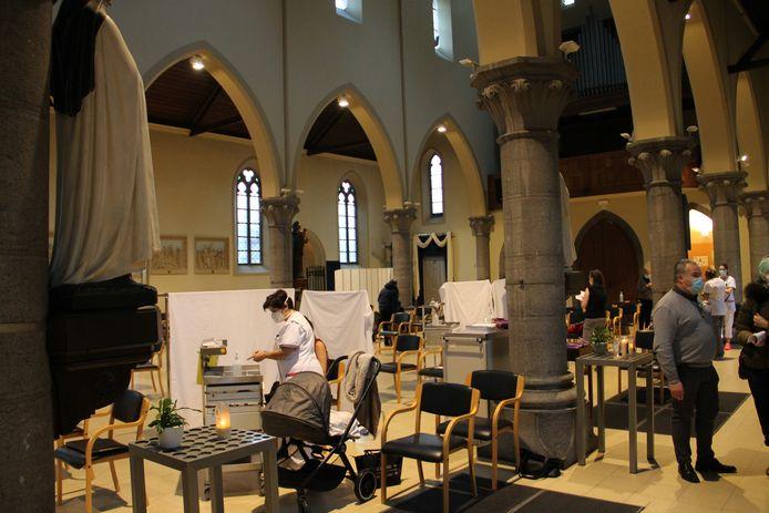 De personeelsleden van de Sint-Jozefskliniek kregen hun prik tegen corona in een opmerkelijk decor: de Heilig-Hartkerk in Izegem.
