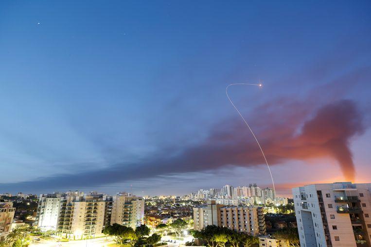 Een raket vanuit Gaza wordt onderschept.  Beeld REUTERS