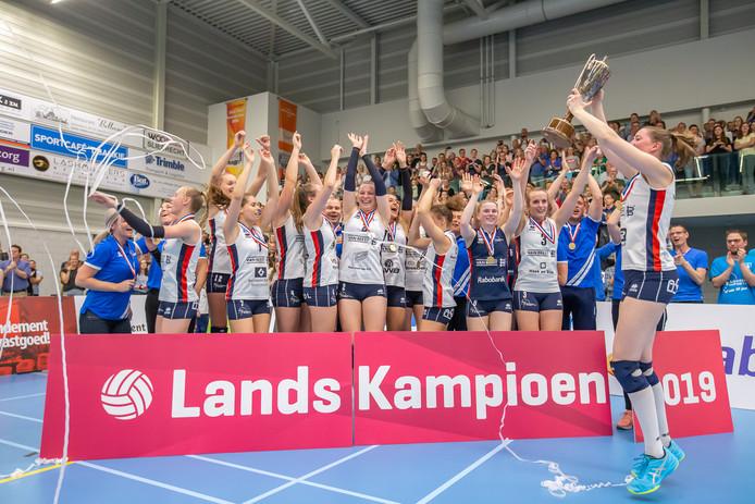 Sliedrecht Sport viert feest. De dames zijn voor het derde jaar op rij - en voor de vijfde keer in de clubhistorie - kampioen van Nederland geworden.