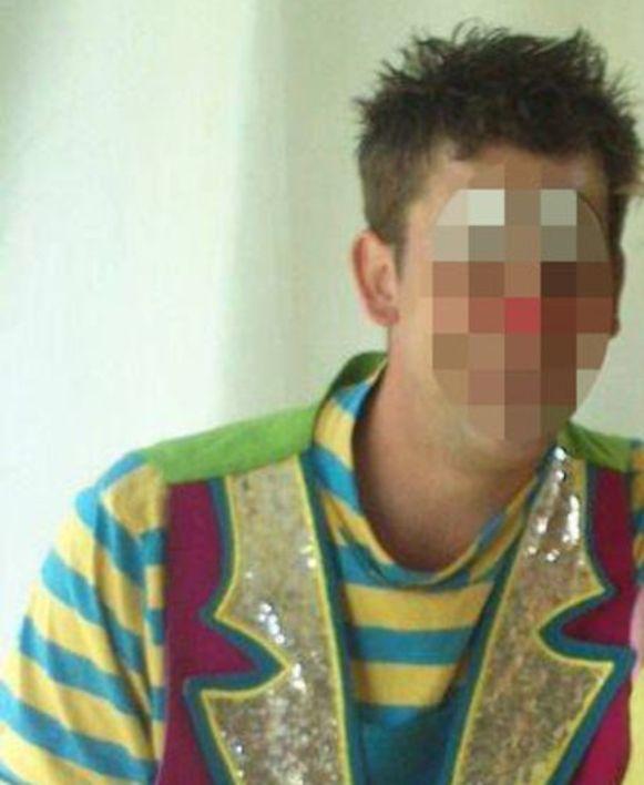 De dakwerker is gekend om zijn bijberoep als clown en werd in oktober 2015 reeds veroordeeld tot een celstraf van één jaar nadat hij in 2013 zijn liefdesrivaal in Houthalen-Oost neerstak.
