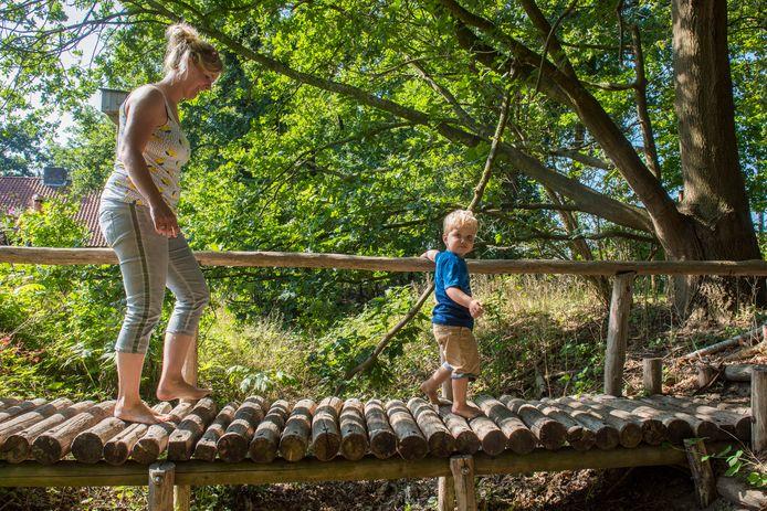 Om kinderboerderij Het Kleine Meer heen is er voor kinderen een belevingspad, een blotevoetenpad en ook om gewoon een stukje te wandelen leent het gebied zich goed.
