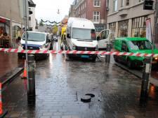 Drechthopper rijdt op poller in de Visstraat; straat afgesloten door gelekte brandstof