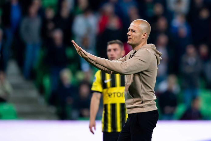 FC Groningen-trainer Danny Buijs vraagt het publiek rustig te blijven.