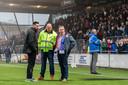 Voorzitter Frank van den Bos inspecteert het veld met Pascal Bosschaart en een steward, rechts achter de schroeiplek houdt een steward van Quick Boys de aanhang van die club in de gaten.