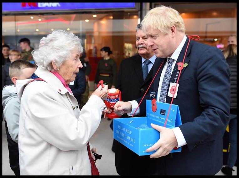 Als een brave schooljongen verkoopt hij klaproosjes ter gelegenheid van Wapenstilstand in Uxbridge.