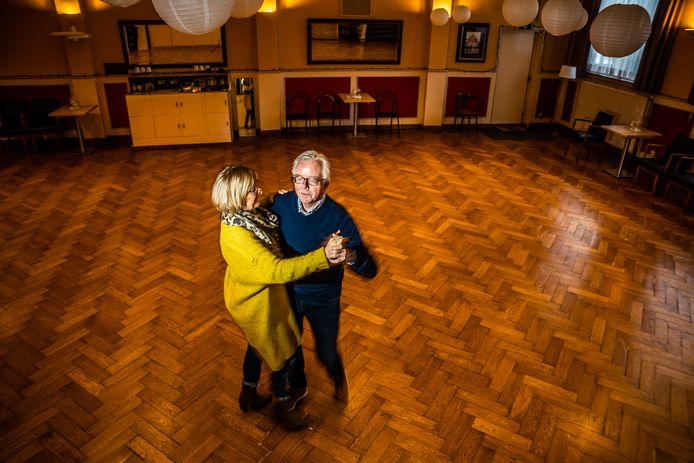 Een laatste dans op de vloer bij Dansinstituut Wensink aan de Parkstraat: Jan Wensink draait een rondje met zijn vrouw Gretha. Het is er koud, want in afwachting van hun verhuizing over drie weken staat de verwarming al uit.