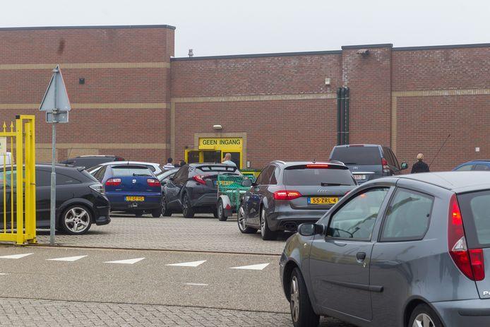Drukte bij Van Cranenbroek, op het parkeerterrein, volle winkelwagens en file voor het parkeerterrein