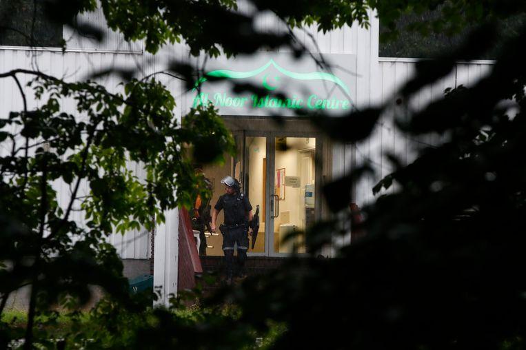 Een zwaar bewapende agent aan het  al-Noor Islamic Centre in Bærum, nabij Oslo.
