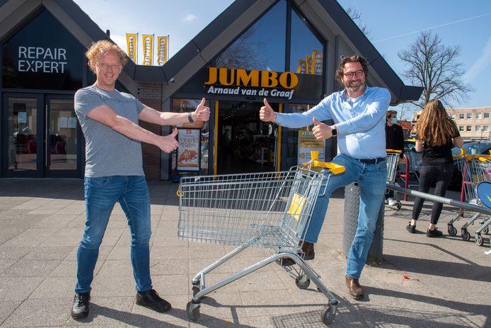 Razzo van Dam van restaurant Sabrosa uit Soest (l) is ontzettend blij met de hulp van Jumbo-eigenaar Arnaud van de Graaf in coronatijd. Daardoor wordt er toch nog wat geld verdiend.