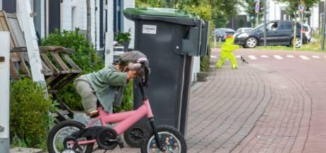 Wijkbewoners zijn hardrijders zat en plaatsen zelf verkeersborden, gemeente Harderwijk grijpt in
