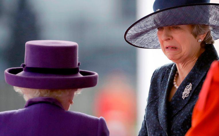 Engelse premier Theresa May bij koningin Elizabeth II. Beeld AFP