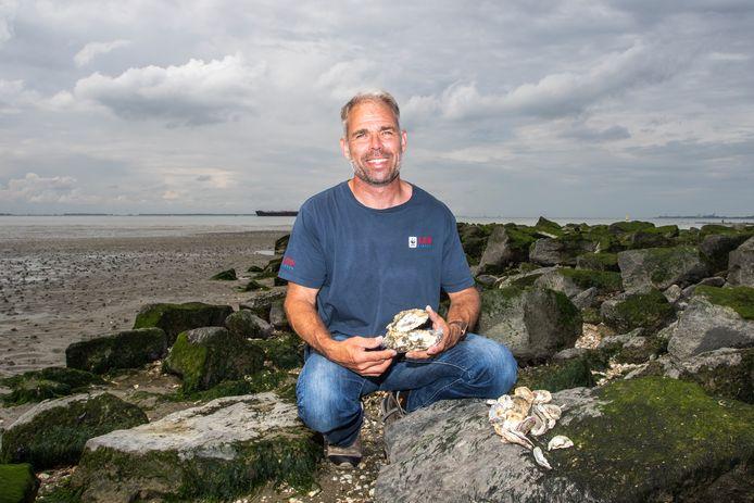 Gijs van Zonneveld met een lege oesterschelp in zijn hand.