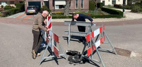 Oene heeft er ineens een bezienswaardigheid bij: een zinkgat midden op de Horthoekerweg