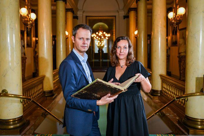 """Grondwetspecialist Stefan Sottiaux en historica Maartje van der Laak. Tijdens research voor een boek stuitten ze samen op de verbazingwekkende bewaarplaats van de Grondwet - al hebben zij het over de """"begraafplaats""""."""
