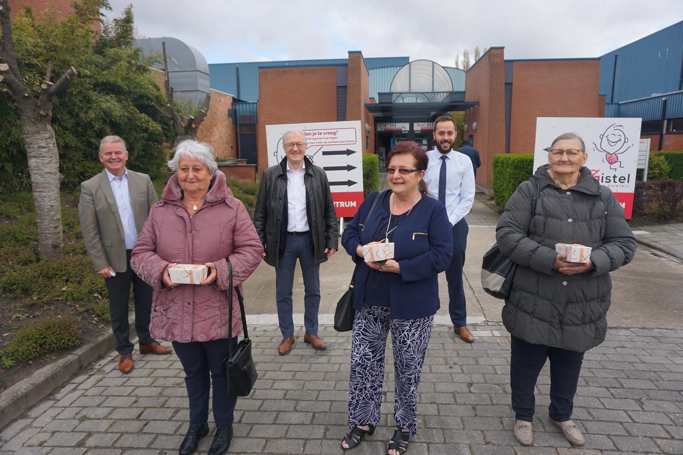 Greta Mestdagh, Leslie Van Daele en Caroline Vanhoenacker kregen het 8460ste, 8470ste en 8480ste vaccin toegediend in Zomerloos in Gistel. Burgemeesters Dumarey, Bekaert en Defreyne overhandigden hen een fijne attentie.