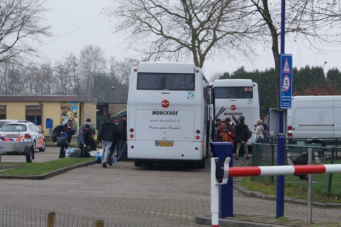 De eerste bussen komen aan bij vakantiepark Droomgaard in Kaatsheuvel.