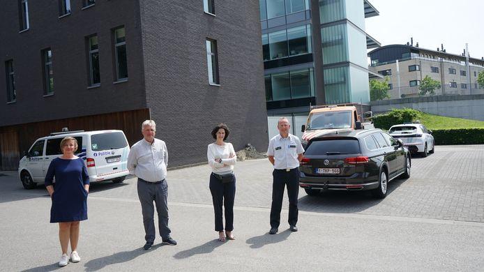 Politiesecretaris Veerle Van Raemdonck, schepen Hugo Maes, architecte Karolien Van Haute en korpschef Wim Pieteraerens op de plaats waar de nieuwe vleugel komt.