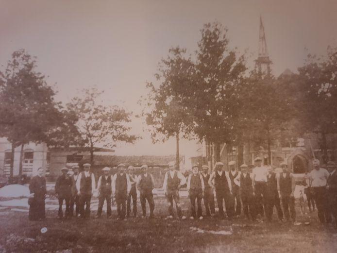 De bouwers van de kerk in Heusden in maart 1921. Geheel links bouwpastoor Arnold.