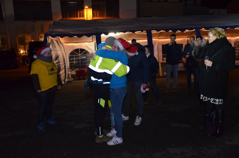 Serge en Cindy vallen elkaar in de armen voor de start van zijn wandeltocht.