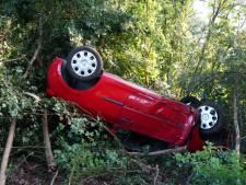 Auto landt op de kop in de bosjes in Hasselt, bestuurster heeft engeltje op haar schouder