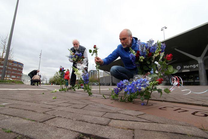 Bestuursleden van de stichting Storkiaan, waaronder Marco Krijnsen (rechts) en Roel Kok, hebben bij het gedenkteken bloemen gelegd.