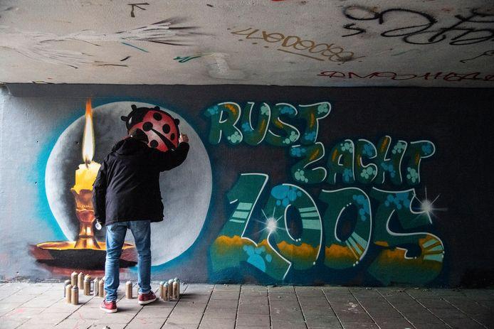 Graffiti-artiest Maurice 'Moris' Broekhoff maakt in een fietstunnel in Wijchen een werk voor Sebastiaan, slachtoffer van de dodelijke aanrijding in de Wijchense wijk De Ververt dinsdagavond.