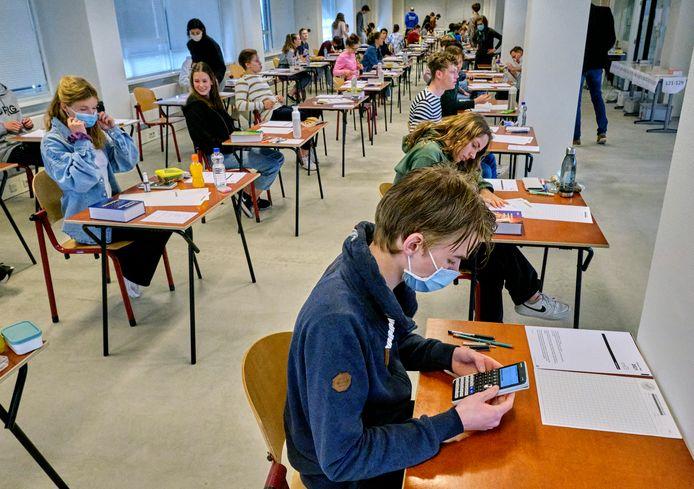 Leerlingen van het Johan de Witt-gymnasium in Dordrecht bogen zich maandagmiddag over het examen wiskunde.