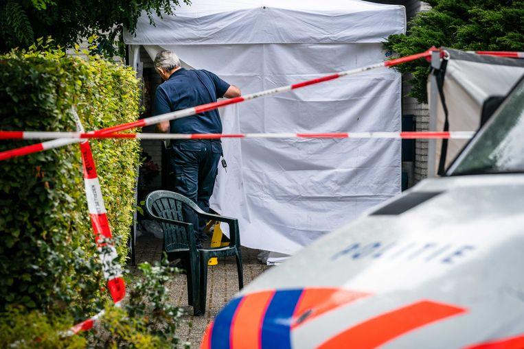 De politie doet onderzoek in een woning waar een dode man werd gevonden. Beeld ANP