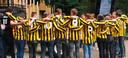Ploeggenoten van voetbalclub WHV bij Joukes kist, tijdens de afscheidsbijeenkomst in natuurtheater De Kersouwe.