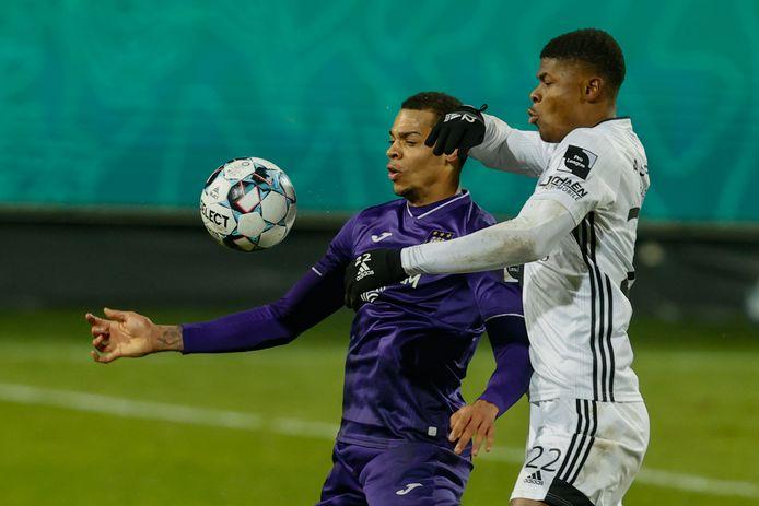 Agbadou, hier in duel met Anderlecht-spits Nmecha, keert terug uit schorsing.