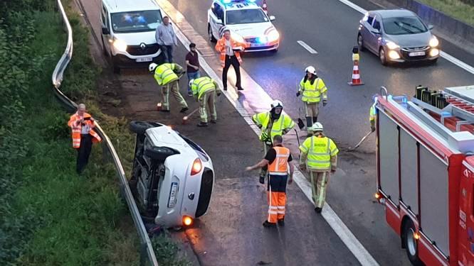 Auto tuimelt na crash tegen vangrail op E313