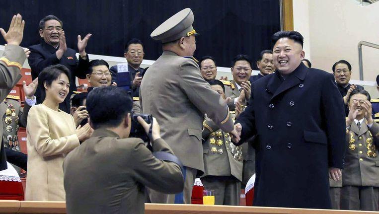 Kim Jong-un afgelopen week bij een militair sportevenement. Links zijn echtgenote Ri Sol-ju. Beeld epa