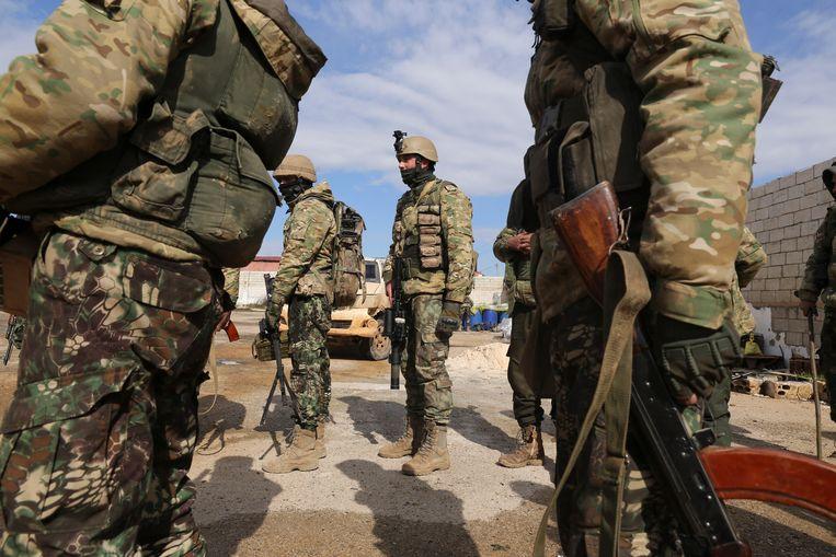 Soldaten bereiden zich voor om naar de frontlinie te gaan in de Syrische provincie Idlib. Beeld AP