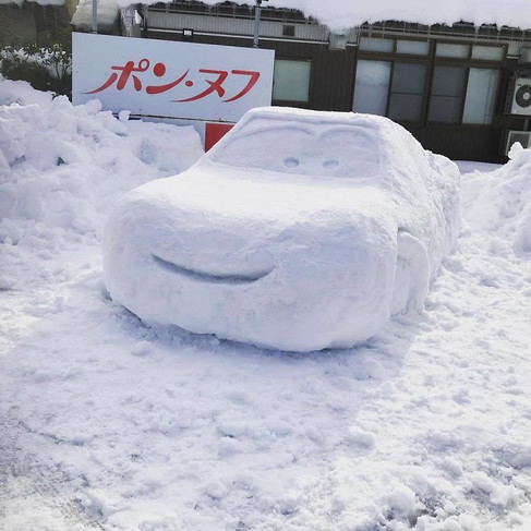Foto van Japans sneeuwlandschap vol animatiefiguren