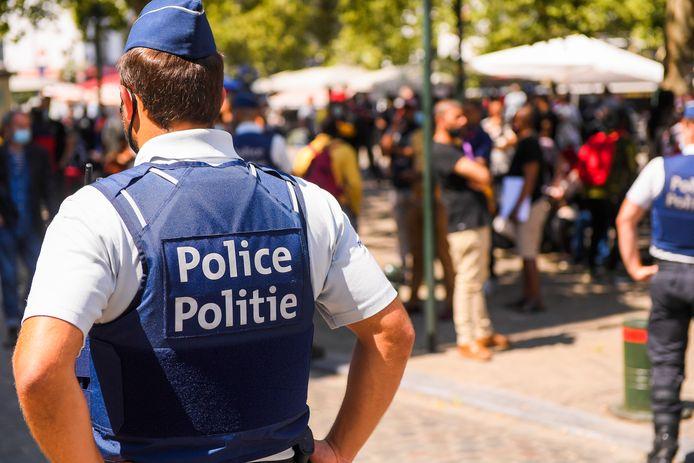 Rassemblement de sans-papiers encadré par la police près de la zone neutre (archives).
