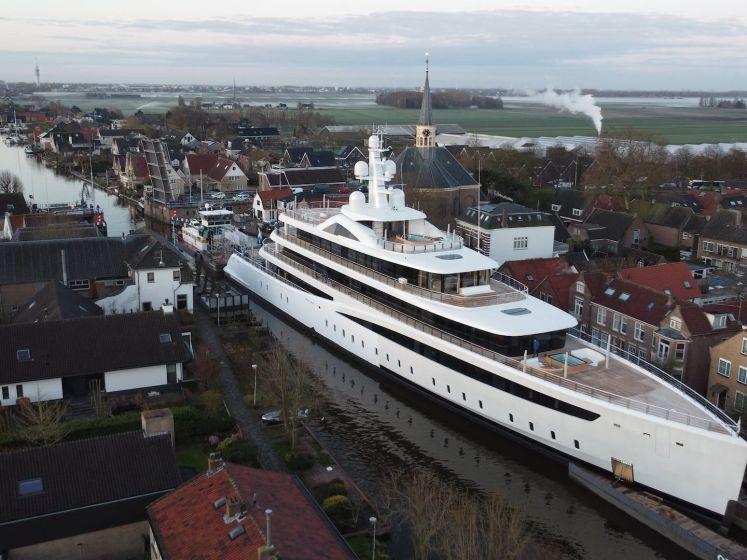 Wow! 94 meter lang superjacht manoeuvreert door wateren van Alphen