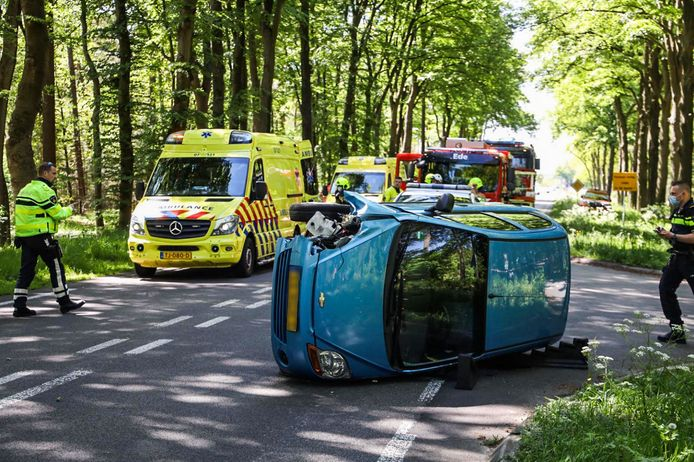 Beeld van het ernstige ongeluk op de N224 bij Ede, waarbij een motorrijder en automobilist gewond raakten.