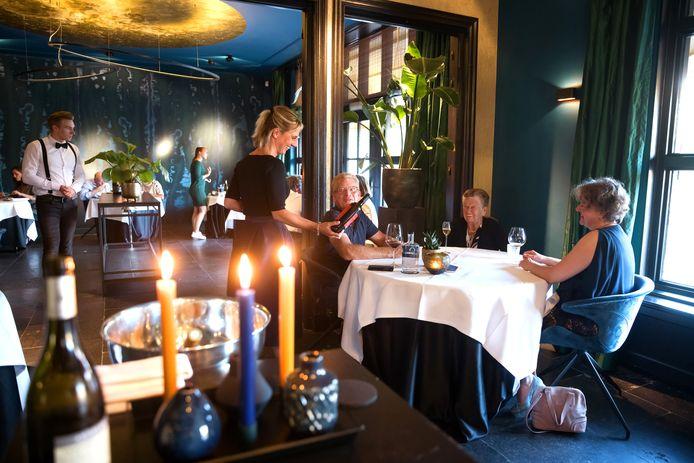 Sommelier en gastvrouw Mariëlle Vink serveert een van de door haar selecteerde wijnen uit.