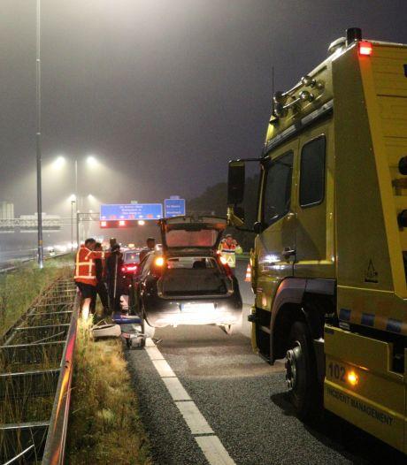 Duitser parkeert auto na lekke band op linker rijstrook van A12 en verwisselt wiel